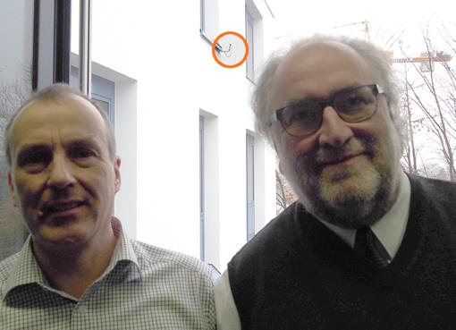 Geschäftsführer Martin Himmelsbach (rechts) und Technikleiter Roland Volkmann (Autor des Beitrags, links). Im Hintergrund ist der Freifunk-Außenrouter zu erkennen.